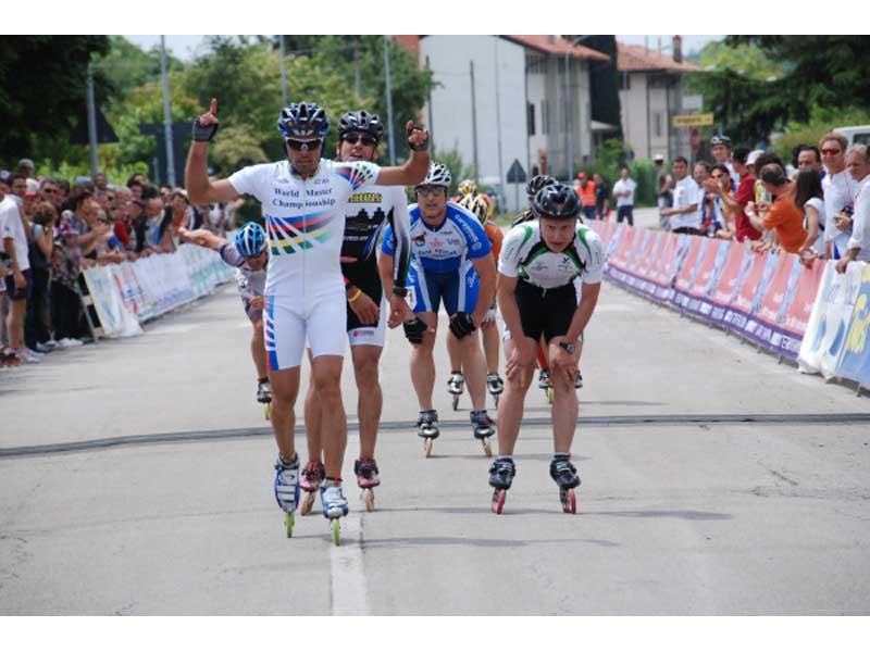 Stefano Galliazzo, secondo in classifica generale, batte il capoclassifica e campione del mondo Francesco Zangarini sul traguardo di Pordenone, terza tappa dell'Italian InLine Cup